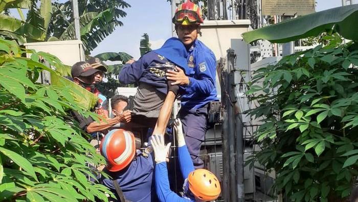 Seorang Wanita Hendak Melompat dari Tower Setinggi 30 Meter