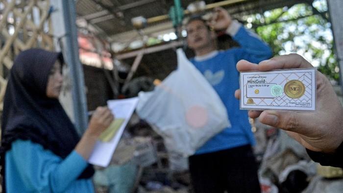 Bank Sampah Malangbong Bersemi punya cara menarik untuk tingkatkan kesadaran warga manfaatkan limbah rumah tangga. Caranya dengan hadirkan program nabung emas.
