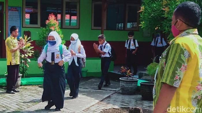 Siswa SMPN 3 Delanggu yang mengikuti penilaian akhir siswa (PAS) dipantau oleh guru agar tidak berkerumun serta menjaga jarak. Foto diambil Senin (16/11/2020).