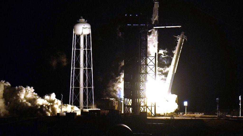 Detik-detik Peluncuran Misi SpaceX ke Stasiun Luar Angkasa