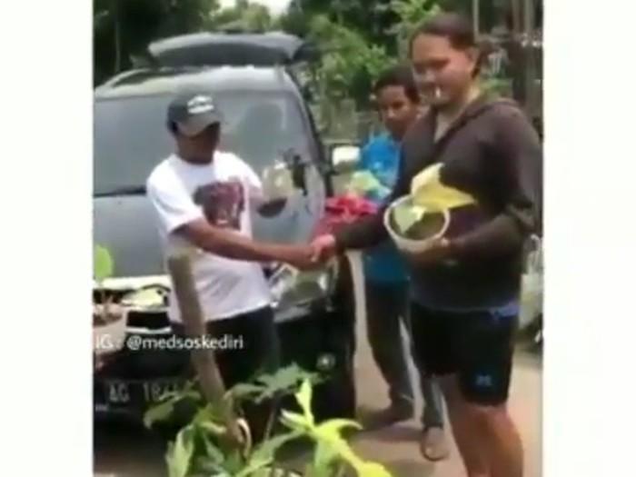 Iqbal Akbar Muhammad yang menukarkan mobil dengan tanaman hias bersama kakaknya.