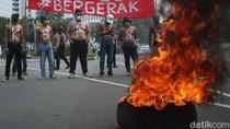 Aksi Bakar Ban Warnai Hari Pelajar Internasional di Patung Kuda