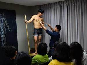 Lucunya Kelas Seni Ini, Bawa Pria Berotot untuk Jadi Model Gambar Anatomi
