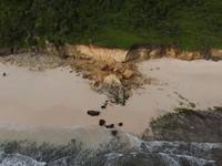 Gempa bumi yang berlangsung pada September-November 2019 diduga membuat batu ini terkikis. Ditambah dengan terjangan ombak, batu cincin itu akhirnya runtuh pada Senin (16/11/2020) malam. (Foto: Instagram @ang_david)