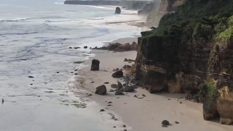 Batu cincin di Pantai Mbawana runtuh