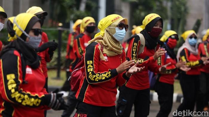 Buruh kembali melakukan demo menolak Undang-Undang Nomor 11 tentang Cipta Kerja di Gedung DPR, Selasa (17/11/2020).