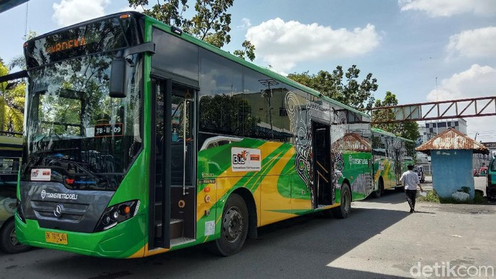 Bus Transmetro Deli mulai beroperasi di Medan, Selasa (17/11/2020). Salah satu koridor yang dilayani adalah Terminal Amplas menuju Lapangan Merdeka, Medan.