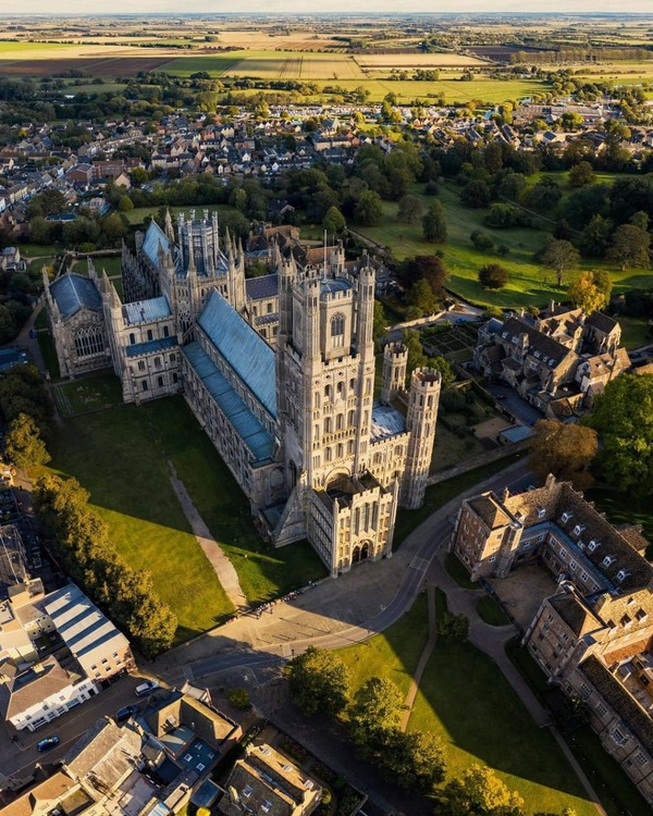 Ely Cathedral. Bangunan megah dengan gaya Norman di kota Ely yang bersejarah di tepi sungai ini menggantikan Westminster Abbey pada hari pernikahan Ratu Elizabeth dan Pangeran Phillip.