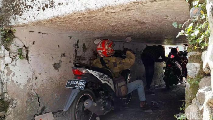 Sebuah terowongan sempit di Desa Karangmalang, Kecamatan Ketanggungan, Kabupaten Brebes, Jawa Tengah, viral di media sosial.