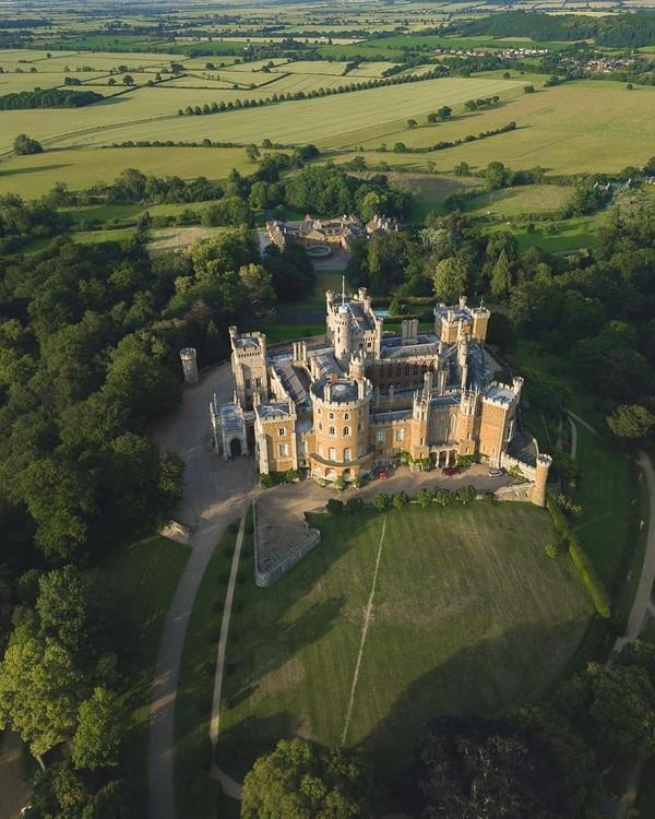 Belvoir Castle. Beberapa ruang interior digunakan untuk meniru Kastil Windsor di The Crown, dengan menonjolkan desain dan bangunan Belvoir sebagai kerajaan.