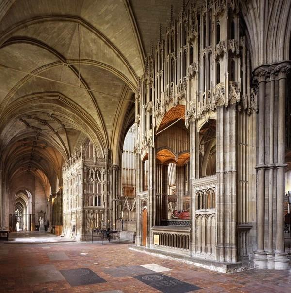 Katedral Winchester, pertama kali dibangun pada tahun 1093 sebelum didesain ulang dengan gaya Gotik yang mencolok. Fakta menarik, Katedral Winchester adalah salah satu yang terbaik di Eropa dan juga merupakan tempat peristirahatan Jane Austen.