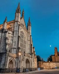 Katedral Winchester. Hadirnya Lady Diana Spencer memainkan peran penting di season baru The Crown season ini, pernikahannya yang dipublikasikan dengan baik dengan Pangeran Charles juga akan ditampilkan. Dalam kehidupan nyata, pernikahan dilangsungkan di Katedral St Paul, namun dalam serial The Crown ini interior Katedral Winchester digunakan sebagai pengganti lokasi sesungguhnya.