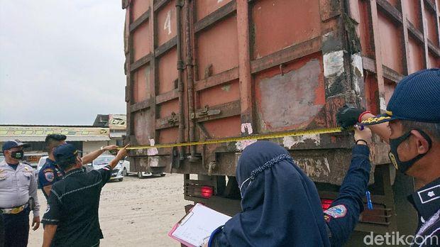 Kemenhub merazia truk yang membawa muatan melebihi kapasitas karena diduga menjadi penyebab rusaknya jalan (M Iqbal/detikcom)