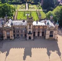 Knebworth House. Dihiasi dengan patung gargoyle dan dimahkotai dengan menara dan kubah.