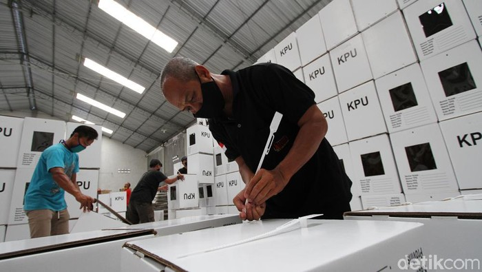 Hari Ini, KPU Solo mulai rakit 2.552 kotak suara Pilkada 2020. Berbahan Dupleks, kotak suara akan didistribusikan ke 1.232 TPS di Solo.