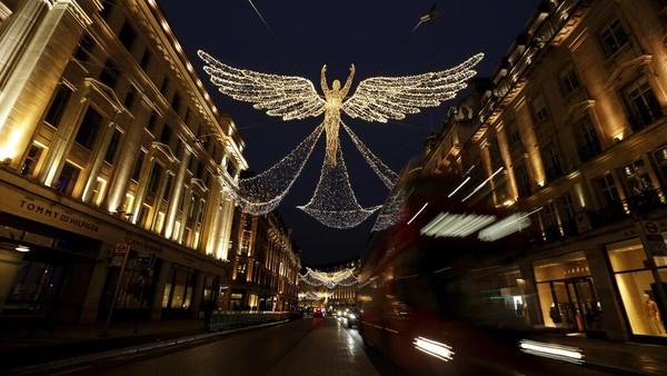 Lampu Natal Regent Street bertajuk The Spirit of Christmas berdiri menyala di London, Inggris.