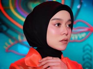 7 Tutorial Hijab ala Lesti Kejora, Hijab Segi Empat hingga Pashmina
