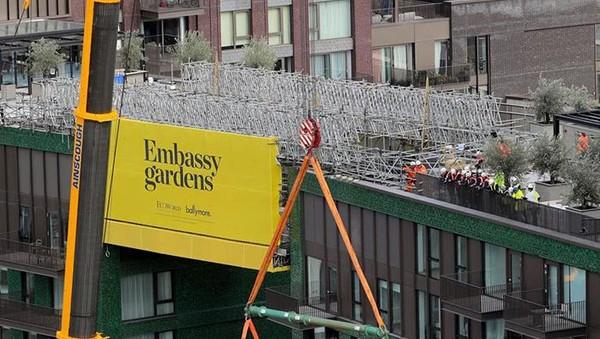 Namun, kolam renang ini dikhususnya hanya untuk pemilik apartemen di Embassy Gardens dan menjadi anggota Eg: le Club eksklusif pengembangan.