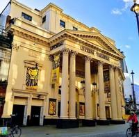 Ada interior megah yang bisa ditemukan baik di dalam maupun di luar Lyceum Theatre, terutama terdapat pilar neo-klasik yang menjulang tinggi untuk menyambut para tamu di pintu masuk.