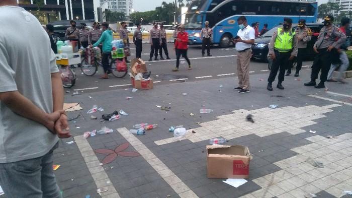 Massa aksi demonstrasi di depan Kemdikbud mulai bubar, sisakan sampah.