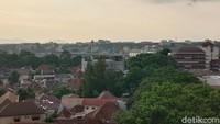 Pemandangan Kota Bandung saat langit mendung tetap indah jika dilihat di atas ketinggian. Siapkan kameramu untuk mengambil foto dengan angle terbaik. (Wisma Putra/detikTravel)