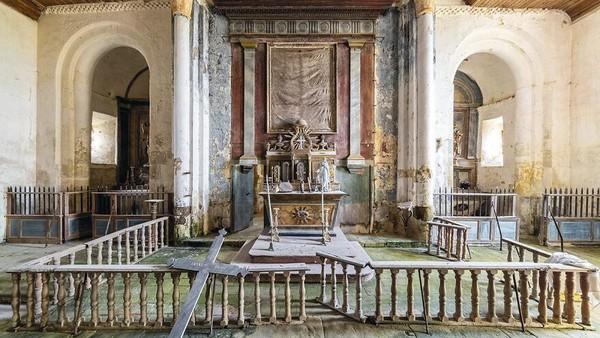 Kapel Abad ke-18, di Prancis ini tampak rusak di beberapa bagian. Meski begitu keindahannya masih terlihat.