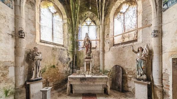 Kapel Abad 15 Dan 18, Prancis, Wilayah Nouvelle-Aquitaine. Patung-patung yang berada di kapel ini terlihat masih terjaga keindahannya.