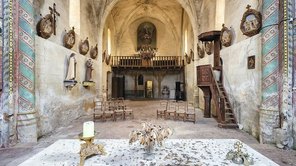 Gereja abad ke-14, 15, dan 16, Prancis, wilayah Nouvelle-Aquitaine. Ornamen-ornamen gereja masih terjaga walau gereja sudah tidak digunakan.