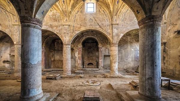 Gereja abad ke-12 dan ke-13, Italia, Wilayah Lombardy. Tiang-tiang gereja ini masih gagah menyangga bangunan meskipun sedikit demi sedikit mulai tergerus waktu.
