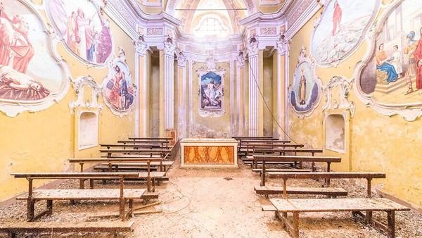 Kapel Abad ke-18 dan ke-19, Italia, Wilayah Lombardy. Lukisan-lukisan cerah sangat kontras dengan suasana kelam gereja yang telah terbengkalai ini.