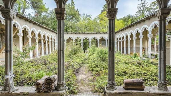 Biara Abad ke-15, 16, dan 19, di Wilayah Occitanie Ini merupakan sebuah biara dengan latar belakang hutan yang menua. Ubinnya tersusun rapi, balok penyangga pun digunakan untuk menahan tiang-tiang tetap berdiri.