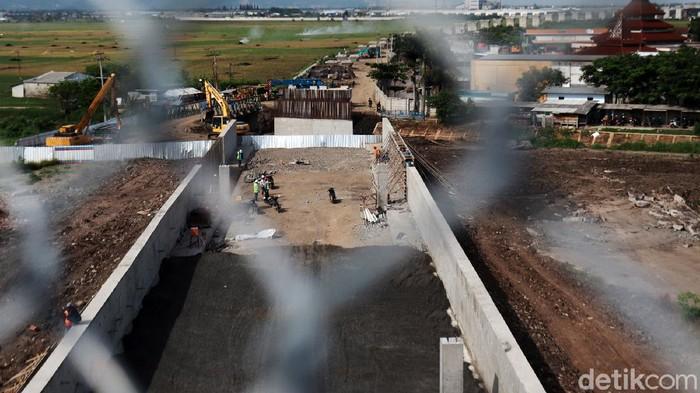Proyek kereta cepat Jakarta-Bandung terus dikerjakan, Selasa (17/11/2020). Saat ini, tiang-tiang pancang untuk jalur kereta cepat sudah mulai berdiri di Tegalluar, Bandung.