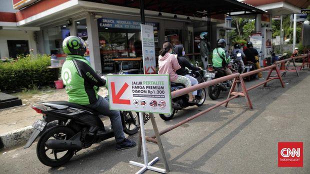 Petugas mengisikan Bahan Bakar Minyak (BBM) non subsidi jenis Pertalite saat promo Pertalite di SPBU Jakarta. Selasa, 17 November 2020. PT Pertamina (Persero) memberikan diskon harga pembelian BBM jenis Pertalite di wilayah Jakarta Pusat dan Jakarta Utara. Dalam rangka PLB (Program Langit Biru) berlaku di 29 titik SPBU, yang terdiri dari 11 SPBU di Kota Jakarta Pusat dan 18 SPBU wilayah Kota Jakata Utara.
