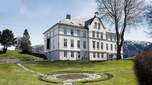Ceritanya di tahun 1881, di pulau Ulvsnes berdiri sebuah sekolah khusus untuk anak-anak bandel dan nakal. Bangunan sekolahnya masih berdiri sampai sekarang, yaitu gedung putih di belakang. (Aktiv Eiendomsmegling/Explore Norway/Vladi Islands)
