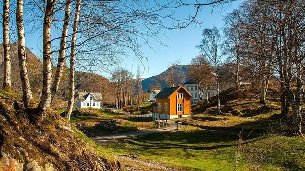 Karena terpencil dan dikenal sebagai sekolah tempat buangan anak-anak bandel, jadilah pulau ini dijuluki sebagai Pulau Setan. Bukan karena ada setan beneran di pulau seluas 9,3 hektar ini. (Aktiv Eiendomsmegling/Explore Norway/Vladi Islands)