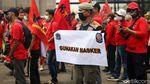 Satpol PP Sosialisasikan Protokol Kesehatan di Tengah Demo Buruh
