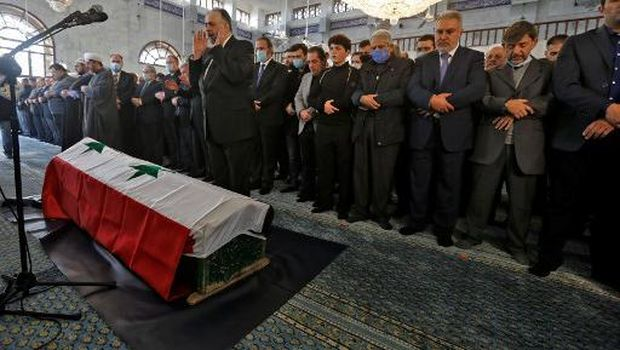 Mourners pray by the coffin of late Syrian Foreign Minister Walid Muallem at the Saad Ibn Mouadh mosque, during his funeral in the capital Damascus, on November 16, 2020. - Muallem, a stalwart of Bashar al-Assad's regime who held his job through a decade of conflict and several reshuffles, died on November 16 at the age of 79. (Photo by LOUAI BESHARA / AFP)