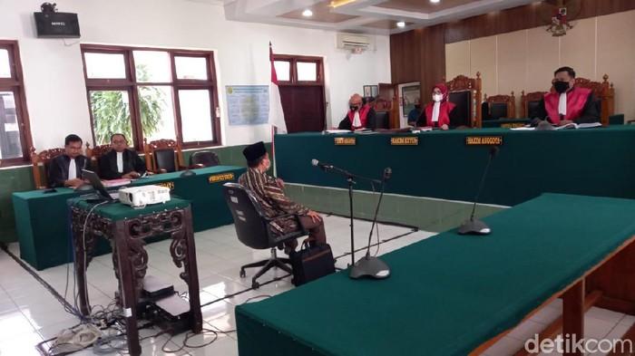 Wakil Ketua DPRD Kota Tegal Wasmad Edi Susilo jalani sidang perdana kasus dangdutan di tengah pandemi Corona, Selasa (17/11/2020).