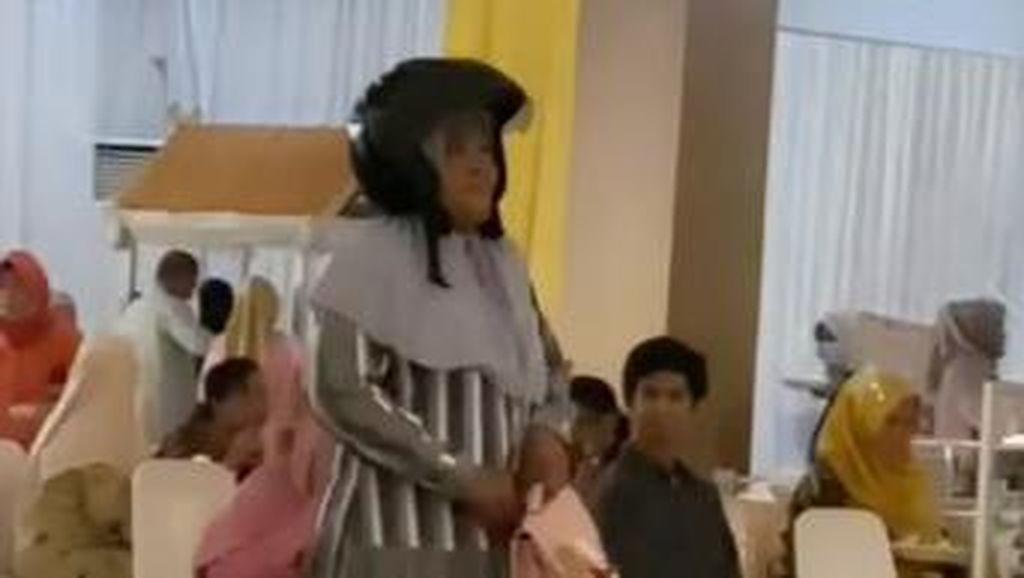 Kocak, Emak-emak di Makassar Pede Masuk ke Kondangan Pakai Helm