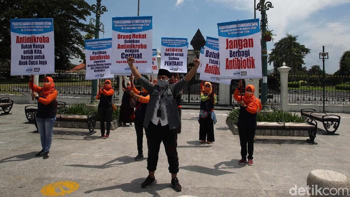 Sejumlah aktivis menggelar aksi di kawasan Titik Nol Kilometer, Yogyakarta, Rabu (18/11/2020). Aksi ini memperingati pekan kesadaran antimikroba internasional 2020.
