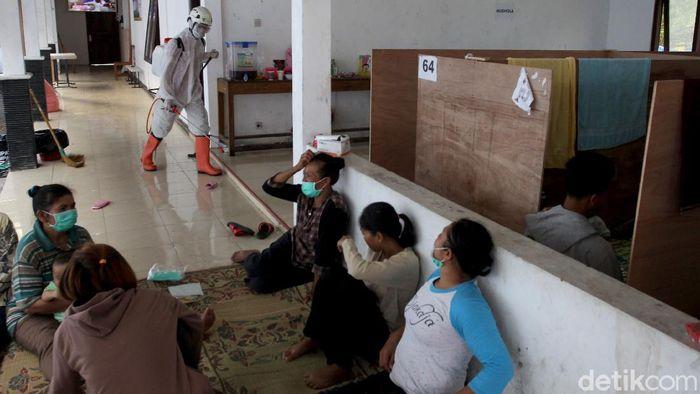 Sejumlah upaya pencegahan penyebaran virus Corona dilakukan di lokasi pengungsian Gunung Merapi. Salah satunya dengan melakukan penyemprotan disinfektan.