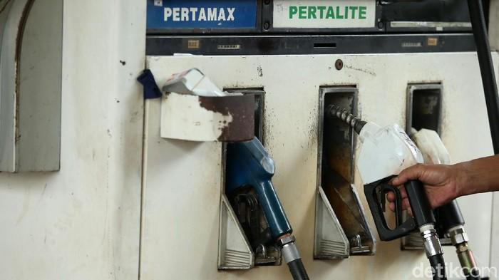 SPBU Tanah Abang jual Pertalite dengan harga Rp 6.450 per liter. Sejumlah pemotor pun antre di SPBU itu demi dapat membeli Pertalite seharga Premium itu.