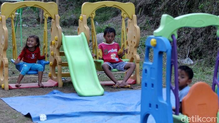 Barak pengungsi Merapi di Sleman dilengkapi fasilitas bermain anak-anak. Kehadiran fasilitas bermain itu untuk jaga kesehatan mental anak selama di pengungsian.
