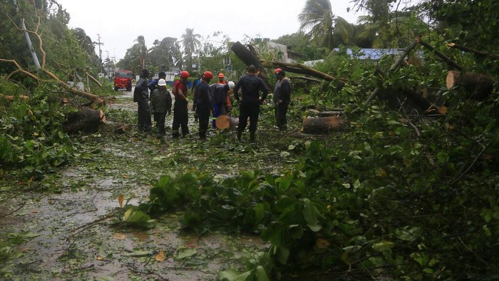 In this photo released by the Presidency of Colombia, President Ivan Duque, third from right, tours Providencia Island after the passing of Hurricane Iota, in Colombia, Tuesday, Nov. 17, 2020. Iota moved over the Colombian archipelago of San Andres, Providencia and Santa Catalina, off Nicaraguas coast, as a Category 5 hurricane. (Nicolas Galeano, Colombia Presidential Press Office via AP)
