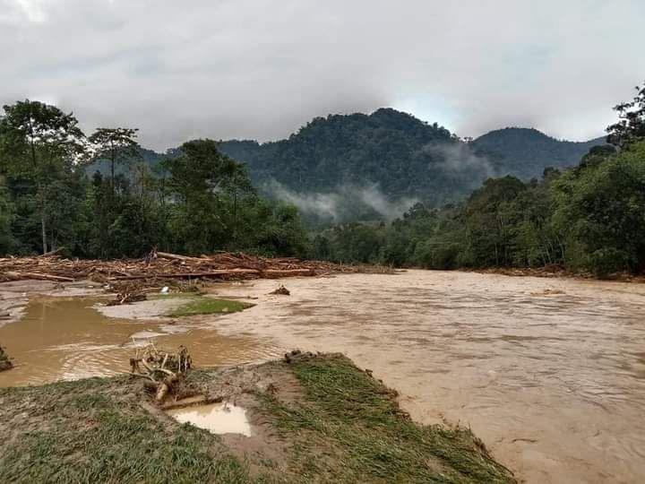 Banjir bandang terjadi di kawasan wisata Landak River, Langkat, Sumatera Utara. Tak ada korban jiwa akibat peristiwa tersebut.