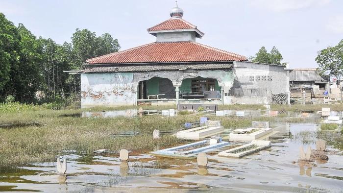 Banjir rob merendam kawasan Tarumajaya, Kabupaten Bekasi. Salah satu kawasan yang terendam banjir adalah area pemakaman.