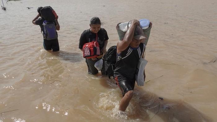Sejumlah pengungsi banjir Banyumas tinggalkan pengungsian untuk kembali ke rumah. Hal itu dilakukan untuk selamatkan harta benda mereka yang tertinggal di rumah