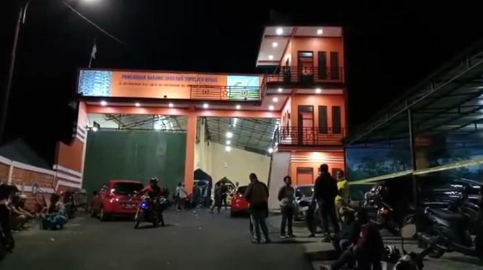 Gudang beras di Tasikmalaya, Jawa Barat, diserang sekelompok orang. Akibatnya, dua korban mengalami luka-luka.