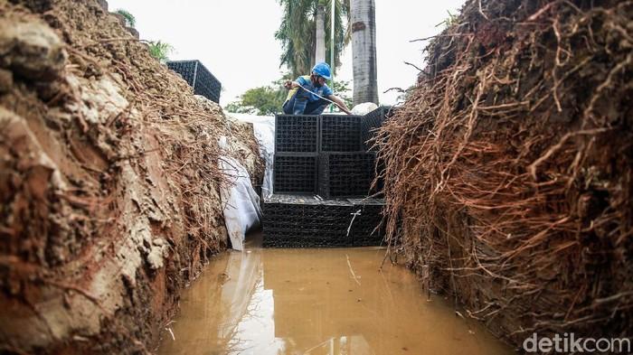Pemprov DKI Jakarta tengah membuat sumur resapan di Blok L Green Garden, Kedoya Utara, Jakarta Barat. Sumur ini untuk mengatasi banjir di kawasan tersebut.