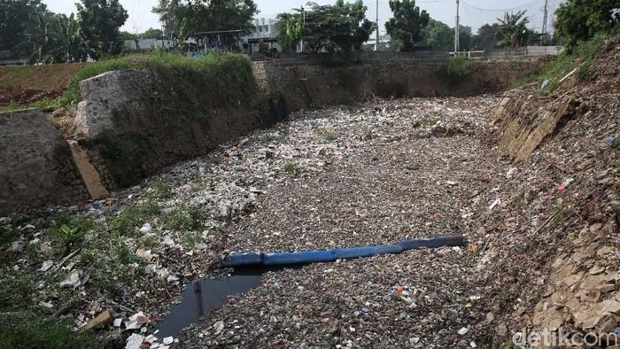 Jorok sekali, Kali Jambe di Jatimulya, Kabupaten Bekasi, Jawa Barat, dipenuhi sampah. Begini penampakannya, Rabu (18/11/2020).